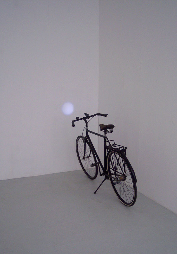 Kleiner Mond, Fahrrad, LED-Fahrradlicht, 180 x 70 x 100 cm, 2006