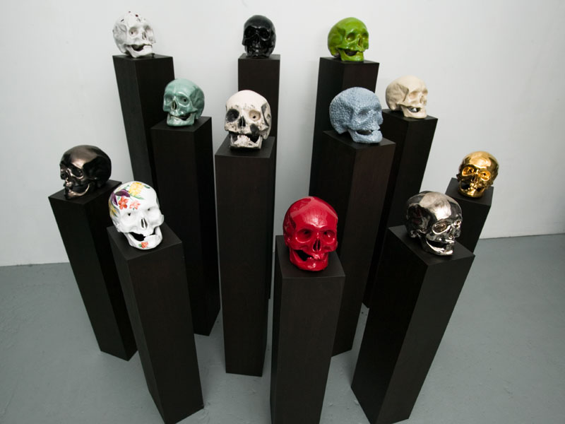 las calaveras, faïence et grès émaillé(e), socles en bois peints et vernis, technique mixte, lustre or et platine, raku, peinture automobile, décor aux pigments, pastillage, incrustations, 15 x 18 x 1